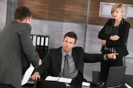 """האם עובד רשאי לתמרן את המעביד """"לפטר"""" אותו?"""